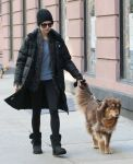 Celebrities Wonder 55045148_amanda-seyfried-walking-her-dog_2.jpg