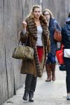 Celebrities Wonder 70638677_jessica-hart-shopping_2.jpg