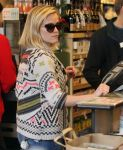 Celebrities Wonder 74679798_reese-witherspoon-Shopping-at-Whole-Foods_5.jpg