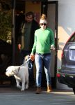 Celebrities Wonder 78525970_pregnant-olivia-wilde-dog-care_4.jpg