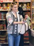 Celebrities Wonder 83837954_reese-witherspoon-Shopping-at-Whole-Foods_4.jpg
