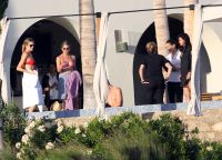 Celebrities Wonder 84840813_jennifer-aniston-courteney-cox-bikini_7.jpg