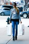 Celebrities Wonder 92867079_paris-hilton-shopping-in-aspen_3.jpg