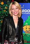Celebrities Wonder 95416986_elizabeth-banks-LEGOLAND-California-Resorts-Annual-Tree-Lighting-Ceremony_4.jpg