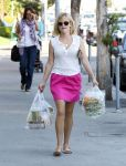Celebrities Wonder 24355315_resse-witherspoon-gas-station_2.jpg