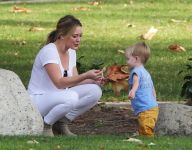 Celebrities Wonder 33876145_hilary-duff-with-her-son_7.jpg