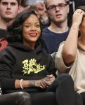 Celebrities Wonder 39807032_rihanna-cara-delevingne-basketball-game_4.jpg