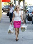 Celebrities Wonder 50623218_resse-witherspoon-gas-station_1.jpg