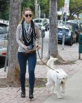 Celebrities Wonder 51034058_olivia-wilde-walking-dog_3.jpg