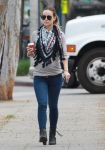 Celebrities Wonder 6117085_olivia-wilde-walking-dog_1.jpg