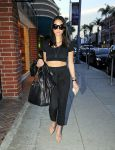 Celebrities Wonder 67728360_olivia-munn-nail-salon_3.jpg