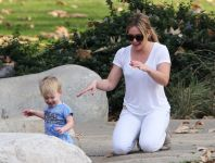 Celebrities Wonder 71240712_hilary-duff-with-her-son_6.jpg