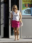 Celebrities Wonder 79889469_reese-witherspoon-gas-station_5.jpg