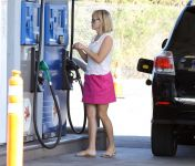 Celebrities Wonder 86801947_resse-witherspoon-gas-station_4.jpg