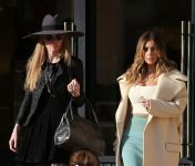 Celebrities Wonder 88561301_kim-kardashian-shopping_8.jpg