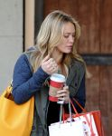 Celebrities Wonder 89247102_hilary-duff-hair-salon_8.jpg