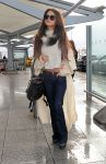 Celebrities Wonder 22545019_selena-gomez-at-Heathrow-Airport_2.jpg