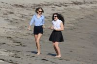 Celebrities Wonder 28084167_taylor-swift-lorde-beach_6.jpg
