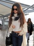 Celebrities Wonder 30516923_selena-gomez-at-Heathrow-Airport_4.jpg