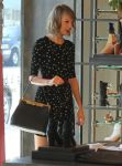 Celebrities Wonder 62840242_taylor-swift-lorde-shopping_8.jpg