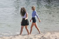 Celebrities Wonder 71107931_taylor-swift-lorde-beach_7.jpg