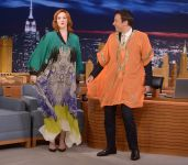 Celebrities Wonder 70373657_christina-hendricks-jimmy-fallon_4.jpg