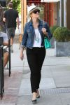 Celebrities Wonder 71257219_reese-witherspoon-shopping_2.jpg