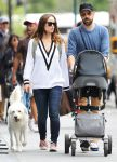 Celebrities Wonder 18548433_olivia-wilde-with-her-family_1.jpg