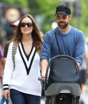 Celebrities Wonder 28394395_olivia-wilde-with-her-family_5.jpg