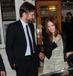 Celebrities Wonder 47503348_cannes-vanity-fair-dinner-party_Julianne Moore.jpg