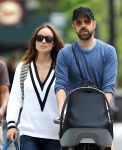 Celebrities Wonder 6057671_olivia-wilde-with-her-family_4.jpg