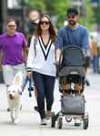 Celebrities Wonder 64990400_olivia-wilde-with-her-family_3.jpg