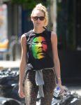 Celebrities Wonder 70114558_candice-swanepoel-leggings_5.jpg