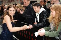 Celebrities Wonder 93595349_elizabeth-olsen-godzilla-london-premiere_7.jpg