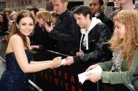 Celebrities Wonder 93595349_elizabeth-olsen-godzilla-london-premiere_7.jpg