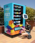 Celebrities Wonder 11416936_emma-roberts-Old-Navy-Flip-Flop-Vending-Machine_3.jpg