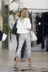 Celebrities Wonder 27901037_rosie-huntington-whiteley-shopping_5.JPG