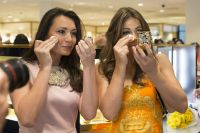 Celebrities Wonder 60591161_elizabeth-hurley-Estee-Lauder-Shop-And-Compact-Museum-Opening_4.jpg