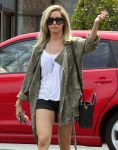 Celebrities Wonder 65932593_ashley-tisdale-nail-salon_4.jpg