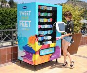 Celebrities Wonder 73481002_emma-roberts-Old-Navy-Flip-Flop-Vending-Machine_4.jpg