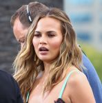 Celebrities Wonder 11759166_chrissy-teigen-extra_5.jpg