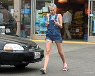 Celebrities Wonder 29129578_miley-cyrus-overalls_6.JPG
