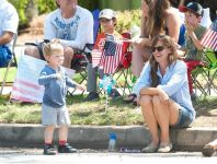 Celebrities Wonder 54567670_jennifer-garner-4th-of-July-Parade_6.jpg