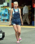 Celebrities Wonder 58358763_miley-cyrus-overalls_1.JPG