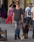 Celebrities Wonder 62259171_anne-hathaway-dog_1.jpg