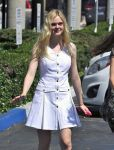 Celebrities Wonder 70800304_elle-fanning-nail-salon_4.jpg