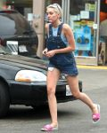 Celebrities Wonder 86920745_miley-cyrus-overalls_3.JPG