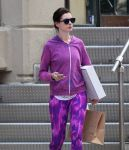 Celebrities Wonder 32605404_anne-hathaway-leggings_5.JPG