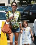 Celebrities Wonder 37364455_alessandra-ambrosio-whole-foods_4.jpg
