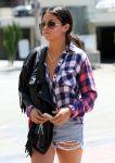 Celebrities Wonder 53390894_selena-gomez-short-shorts_5.jpg